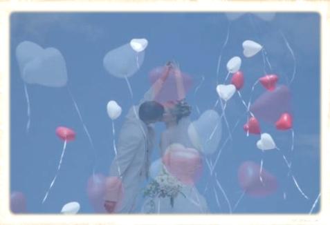 Herzluftballons zur Hochzeit steigen auf